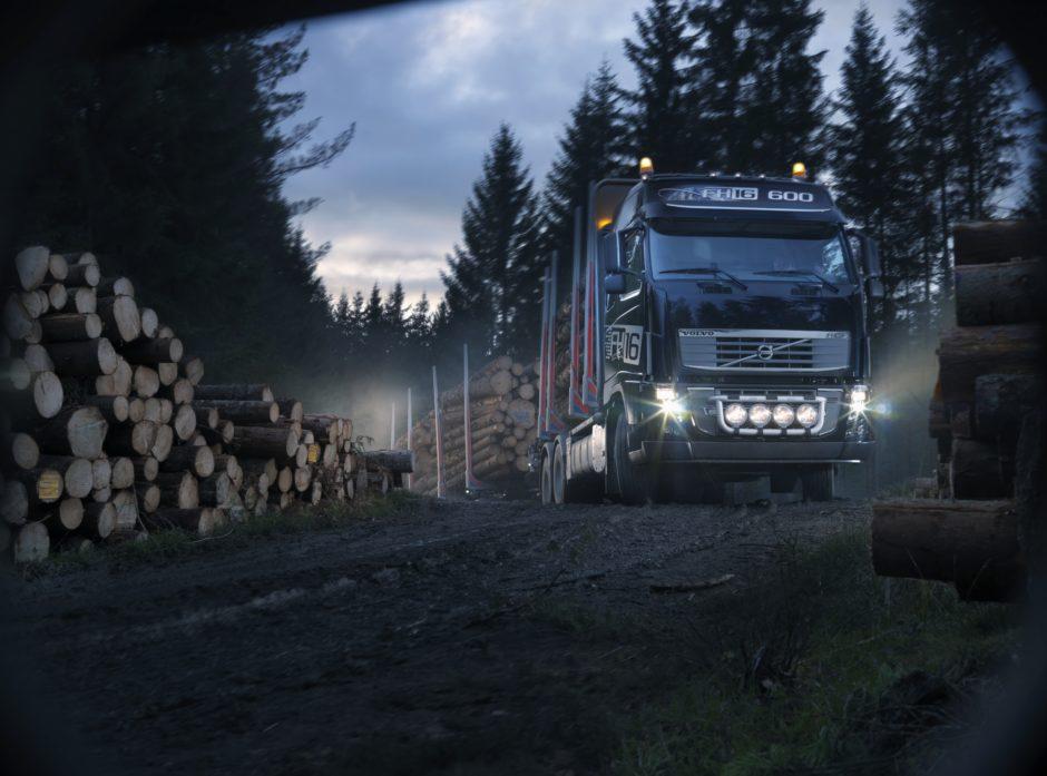 Tømmerbil på skogsbilvei. Foto Volvo.