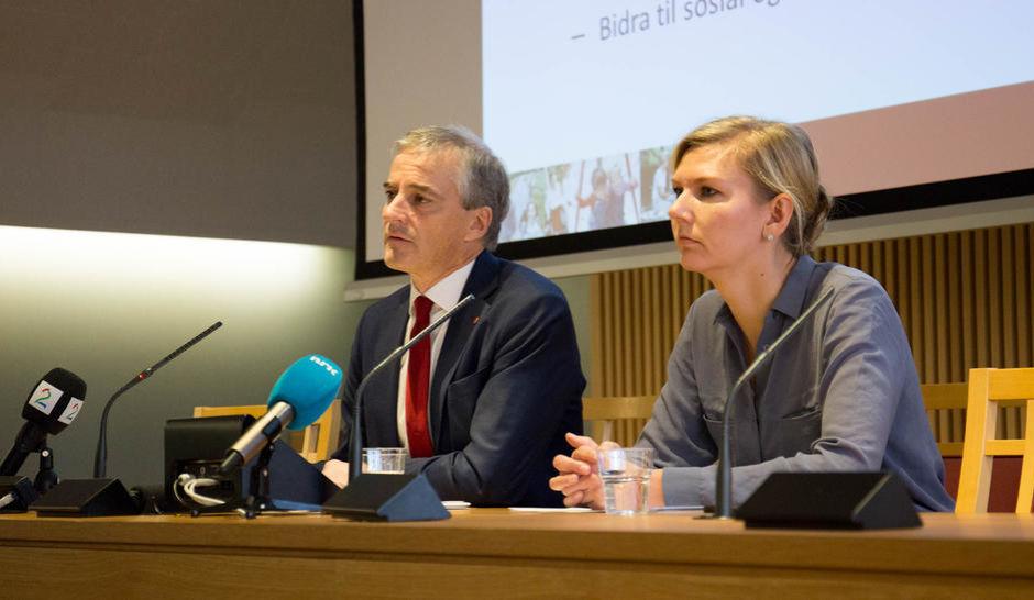 Johas Gahr Støre og Marianne Martinsen presenterer Aps alternavite budsjett.