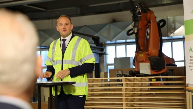 Jon Georg Dale la frem skogmeldingen i Huntons fabrikklokaler denne uken.