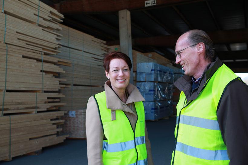 - Vi takker deg for godt arbeid som særdeles dyktig og innsiktsfull saksordfører i forbindelse med næringkomiteens behandling av Skogmeldingen, sa styreleder Terje Uggen til Line Henriette Hjemdal (KrF).