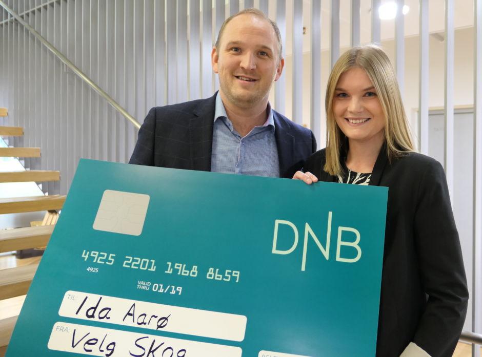 Ida Aarø fikk overrakt 100.000 kroner i stipend av Landbruks- og matminister Jon Georg Dale på vegne av skognæringen. Hennes masteroppgave ble kåret til årets beste.