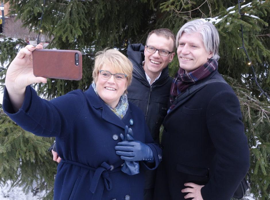 En dag vel verd en selfie, hevder leder i Venstre, Trine Skei Grande, administrerende direktør i Norges Skogeierforbund, Erik Lahnstein og nestleder i Venstre, Ola Elvestuen.