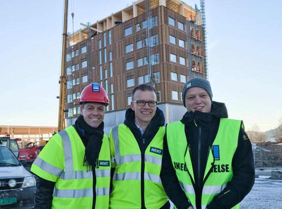 Knut Arild Hareide (KrF), Erik Lahnstein og Trygve Slagsvold Vedum (Sp) foran Mjøstårnet som er under bygging i Brumunddal i Ringsaker kommune. Bygget skal bli 81 meter høyt og får hele 18 etasjer.