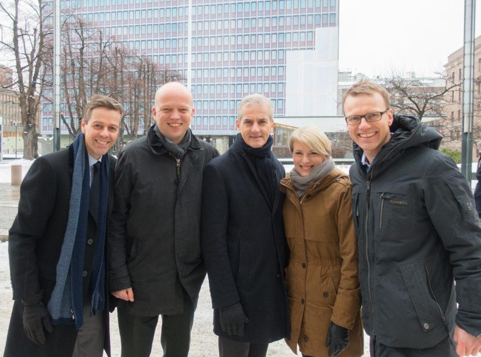 FORAN HØYBLOKKA: Knut Arild Hareide (KrF), Trygve Slagsvold Vedum (Sp), Jonas Gahr Støre (Ap), Kari Elisabeth Kaski (SV) og Erik Lahnstein i Norges Skogeierforbund.