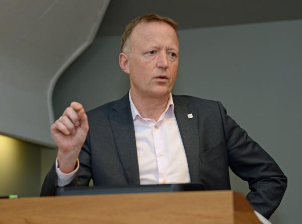 Harald Vaagaasar Nikolaisen i Statsbygg bruker gjerne tre i regjeringskvartalet, men helst der det er naturlig og i kombinasjon med andre materialer.