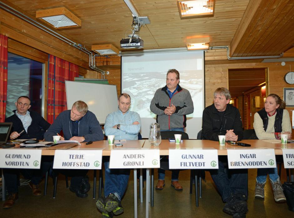 Paneldeltakerne fra venstre mot høyre: Gudmund Nordtun, Terje Hoffstad, Anders Grønli, Gunnar Filtvet (stående), Ingar Brennodden og True Strand Schildmann.