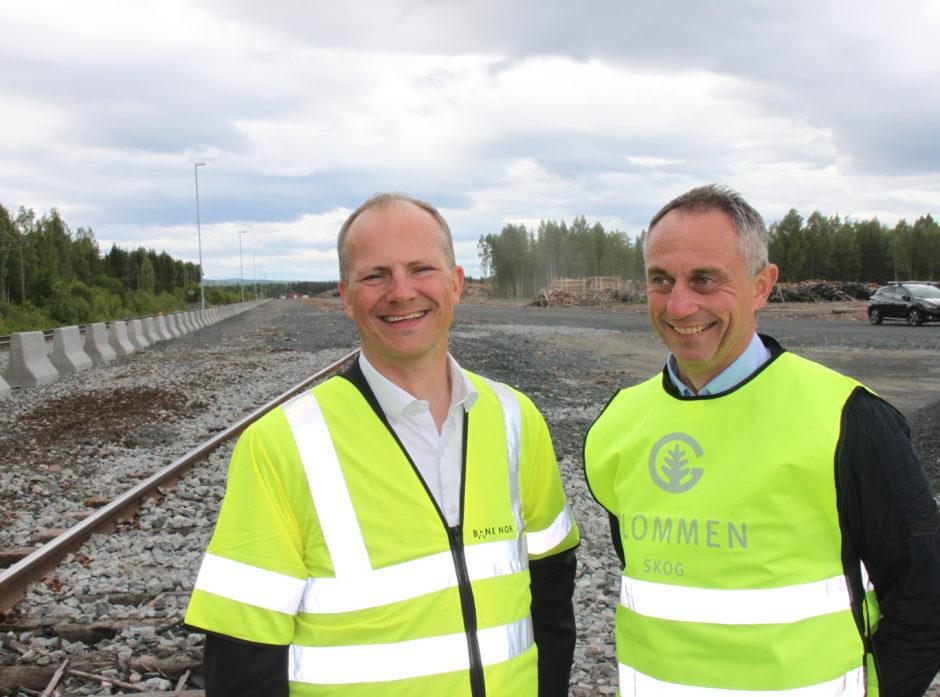 Ketil Solvik-Olsen og Gudmund Nordtun på Vestmo tømmerterminal. Foto: Dag Skjølaas