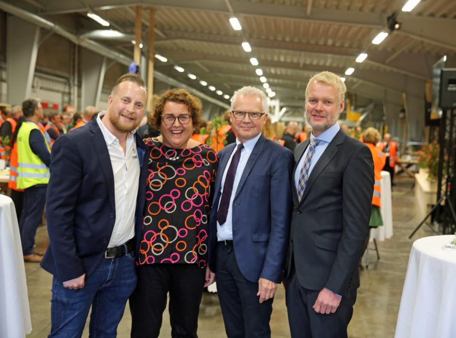 Det var god stemning på den storstilte åpningen av TEWOS nye fabrikk i Hurdal. TEWO ledes av Henning Thorsen, styreleder er Gunnar Olofsson og Erland Lundby er operativ leder. Her sammen med Statsråden under åpningen.