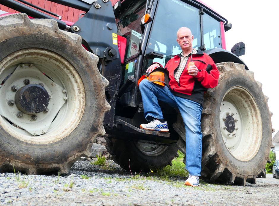 Foreløpig står traktoren til skogeier Oddvar Sødtholt  i gården, men den erfarne tømmerhoggeren skal til skogs igjen når kroppen blir enda litt bedre.