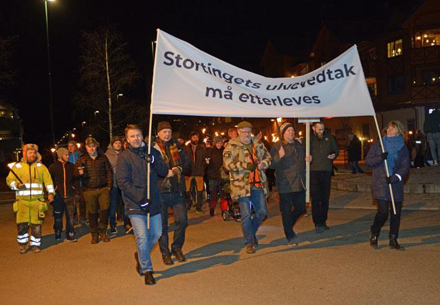 Rundt 1000 personer deltok i fakkeltoget mot ulvepolitikken på Bjørkelangen. Slagordet taler for seg selv.