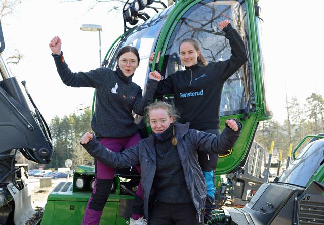 Disa Christensen, Tonje Myrene og Charlotte Reinhardtsen gleder seg til å kjøre skogsmaskinen på Sønsterud neste år.