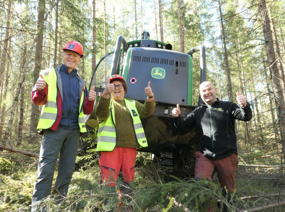 Landbruksministeren kom med viktige stimuleringstiltak til skogsentreprenørene i dag. Fra venstre: Per Skorge, Olaug Bollestad og Morten Hagbartsen.  Foto Roar Ree Kirkevold