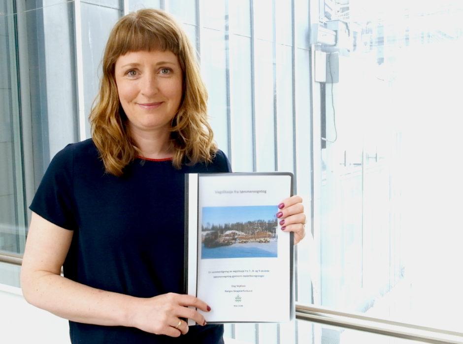 Statssekretær Ingelin Noresjø med rapporten. Foto:  Frøydis Tornøe, Samferdselsdepartementet
