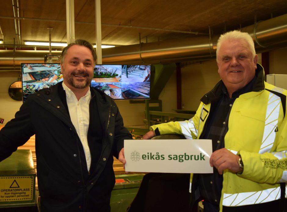 Adm.dir. Anders R. Øynes i AT Skog (til v.) og daglig leder John Anker Telhaug i Eikås Sagbruk.